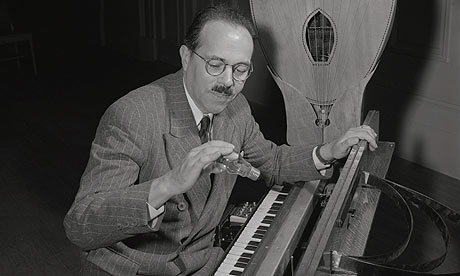 Maurice-Martenot-playing--001